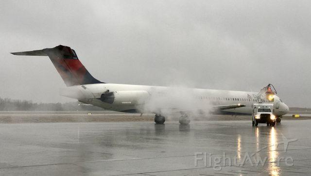 McDonnell Douglas MD-88 (N903DE) - Deicing in progress.