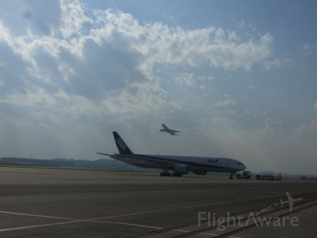 Boeing 777-200 (JA712A) - Taking off B747-400D (JA8957) and taxing B777-200 (JA712A)