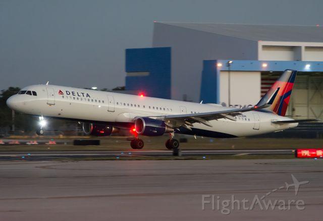 Airbus A321 (N321DH)