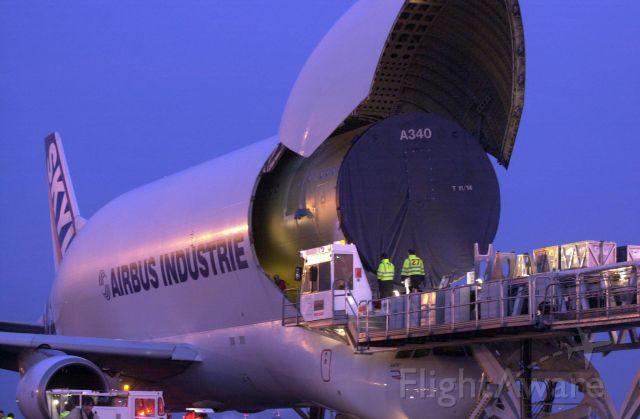 Airbus A330-300 (F-GSTB) - Chargement d'un tronçon de A340 dans le Bélouga avant un départ pour Toulouse