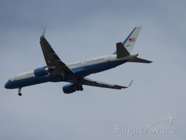 Boeing 757-200 (80001) - EGE - VP Pence on final.