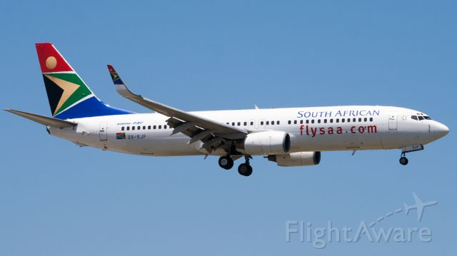Boeing 737-800 (ZS-SJF) - Short Finals onto RWY 26 at PLZ