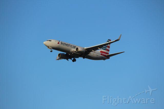 Boeing 737-800 (N878NN) - Landing 28C