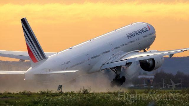 BOEING 777-300ER (F-GSQX) - Wissous. Bord de piste 24/06.