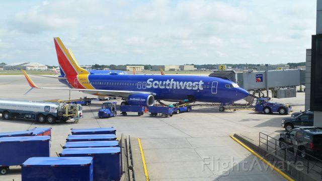 Boeing 737-800 (N8572Q) - Southwest 737 unloading at Windsor Locks/KBDL.