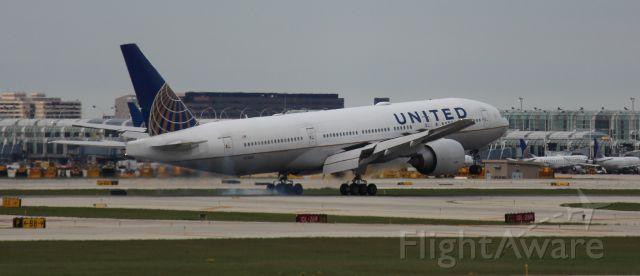 Boeing 777-200 (N77019) - Landing 10L