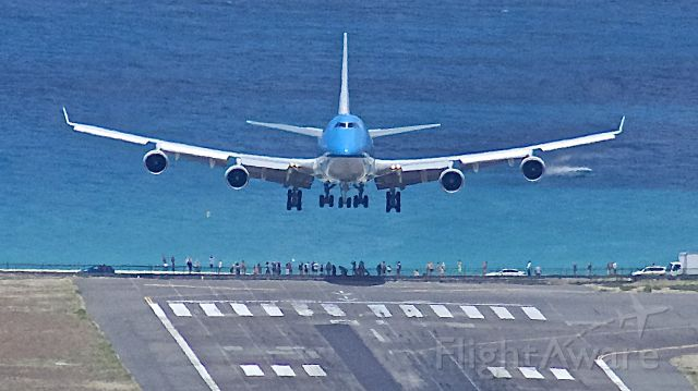 Boeing 747-400 (PH-BFB) - Touching down, over the crowd at PJIA !
