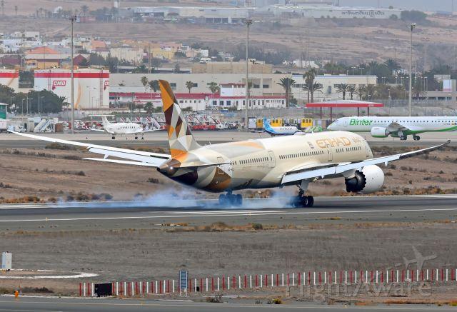 Boeing 787-9 Dreamliner (A6-BLU) - Landing on runway 03L.