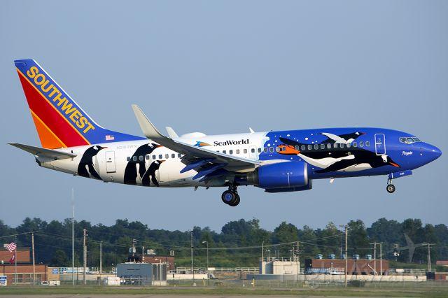 Boeing 737-700 (N280WN) - Previous penguin paint! September 2013