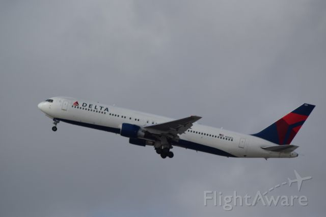 BOEING 767-300 (N143DA) - Rare Boeing 767-300 without winglets.