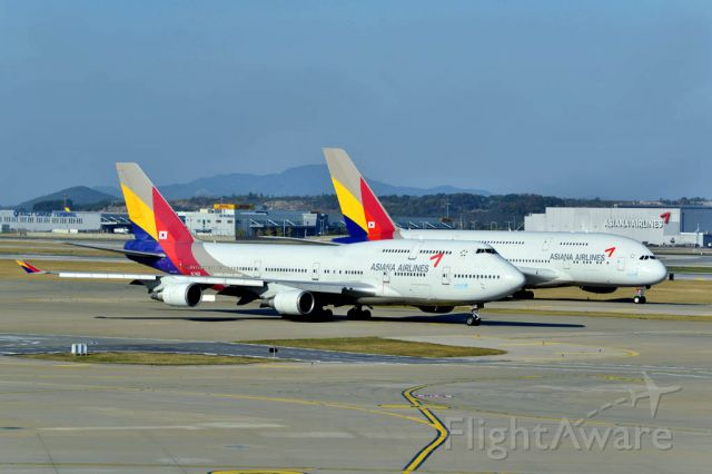 Boeing 747-400 (HL7423) - A jumbo with a super jumbo
