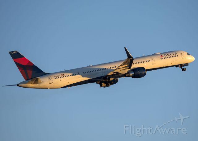 BOEING 757-300 (N586NW)