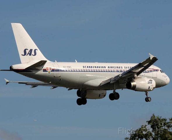 Airbus A319 (OY-KBO) - SAS A319 OY-KBO drops into Heathrow over the trees, displaying its impressive retro colour scheme.