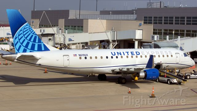EMBRAER 175 (long wing) (N619UX) - 1st time to see the new livery on Skywest. Oct.12,2020