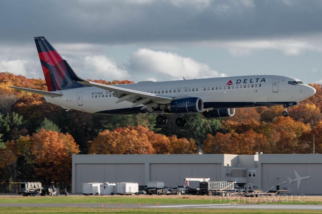 Boeing 737-800 (N776DE) - Delta bringing the Packers in from Green Bay for their game last Sunday (11/8). This was one of two Delta aircraft to carry the Packers in, the other being a 752.