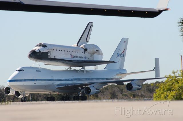 BOEING 747-100 (N911NA) - 747-100 Shuttle Carrier Aircraft with Space Shuttle Endeavour taxiing under the wing of C-17