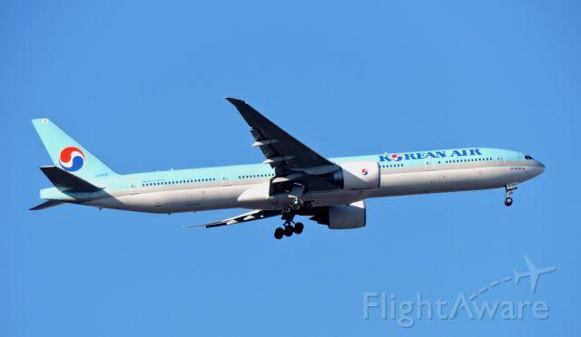 BOEING 777-300ER (HL8209) - Minutes from landing, winter 2019.