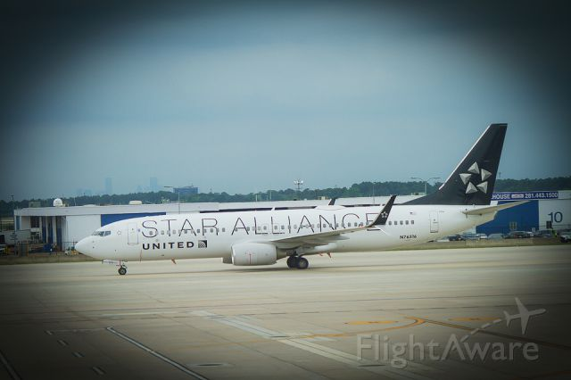 Boeing 737-800 (N76516) - United Star Alliance arrives at the George Bush Intercontinental Airport, Houston, Texas