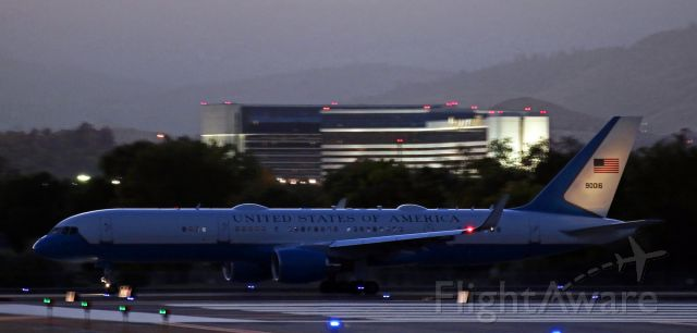 09-0016 — - Air Force One taxies out to Runway 34L after the President returned to the aircraft following completion of his campaign rally in Carson City.