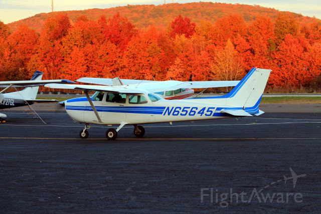 Cessna Skyhawk (N65645) - Some great fall foliage on Tuesday, October 29, 2013.