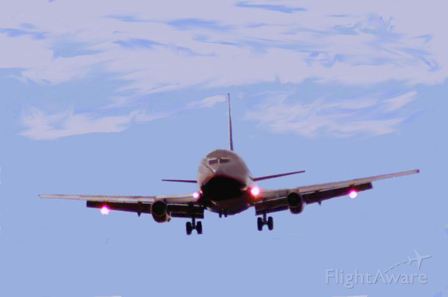UNKNOWN — - United 737-200 on final approach to RWY 11. Year-1998