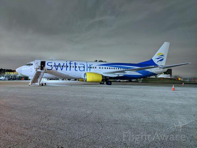 BOEING 737-400 (N458UW) - At Signature