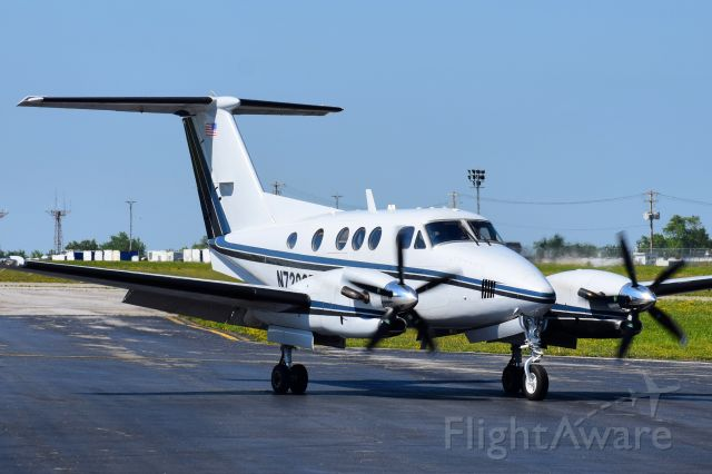 Beechcraft King Air F90 (N7206E) - Privately Owned Beechcraft King Air 90 taxiing into the FBO Ramp at the Buffalo Niagara International Airport