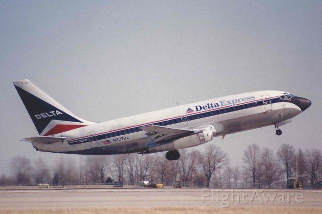 Boeing 737-200 (N327DL)