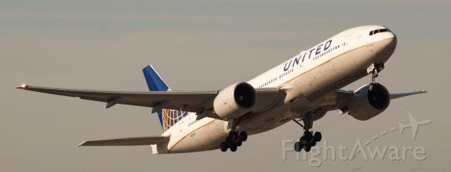 "Boeing 777-200 (N77019) -  ""Larry Kellner"" Strudel Shot/Strobe Shot"