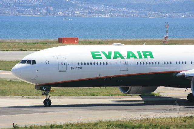 BOEING 777-300 (B-16732)