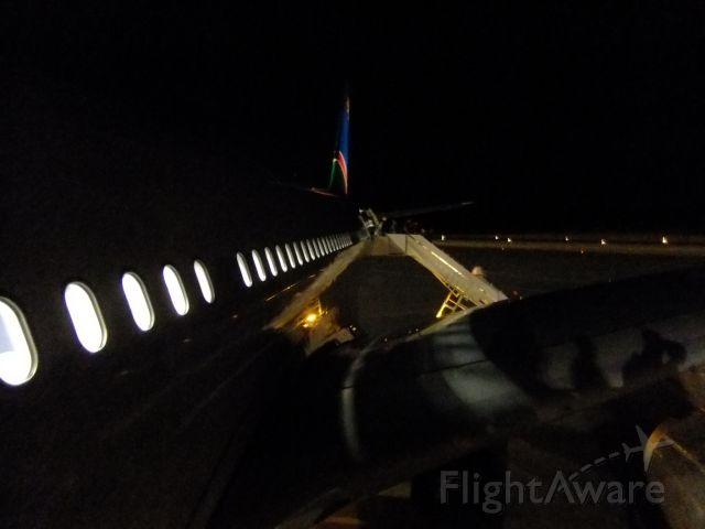 Airbus A330-200 (V5-ANP) - A330-200 V5-ANP nach der Landung in WDH, beim Verlassen des Flugzeuges, auf dem oberen Absatz der herangeschobenen Treppe. Um kurz nach 05:00 Uhr morgens ist es noch stockdunkel und ziemlich kalt.