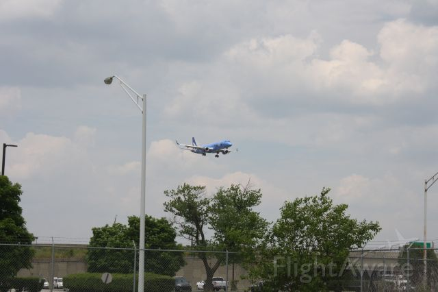 EMBRAER 195 (N192BZ) - The very first breeze airways flight to land at Louisville Airport