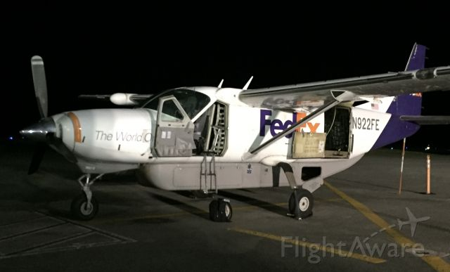 Cessna Caravan (N922FE) - Ready for the cargo.