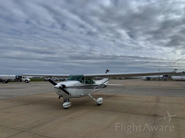 Cessna Skyhawk (N5990E) - Yingling Aviation in Wichita, Kansas.