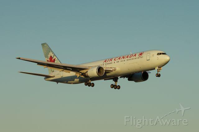 BOEING 767-300 (G-GDUZ) - Boeing 767-38(ER) of Air Canada approaching 23R at Pearson.