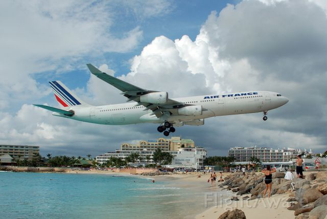 Airbus A340-200 (F-GLZS)