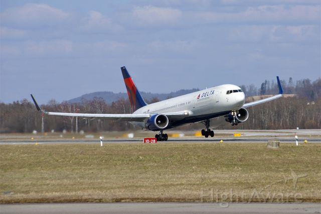 BOEING 767-300 (N156DL) - Crosswind!