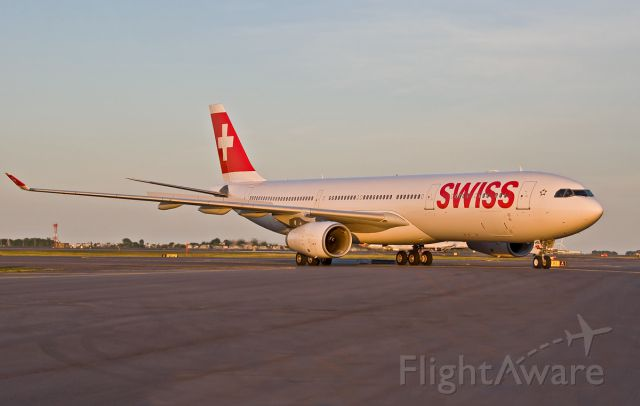 Airbus A330-300 (HB-JHB) - SWISS taxiing to the gate from Zurich