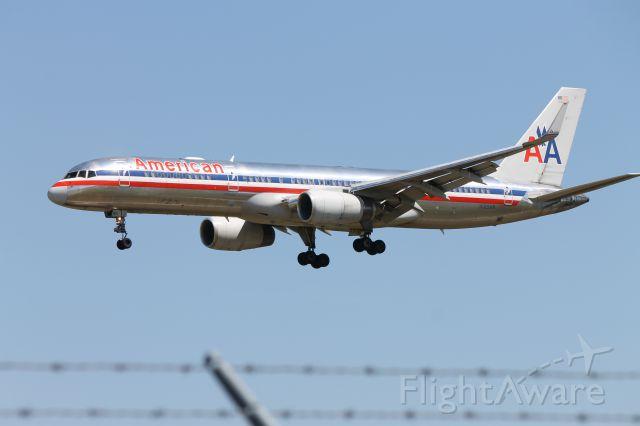 Boeing 757-200 (N189AN)