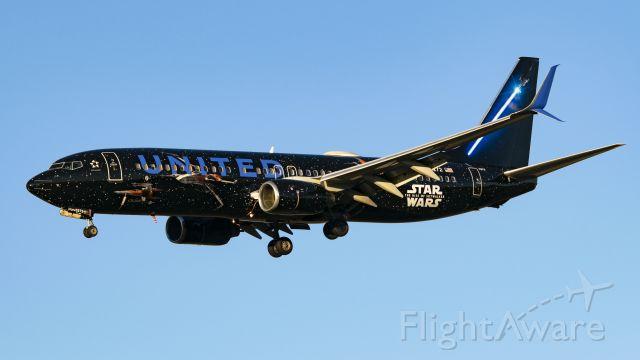 Boeing 737-800 (N36272) - United Star Wars on approach to runway 27
