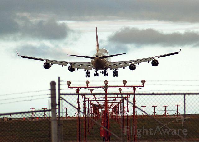 — — - Landing on runway 26R.