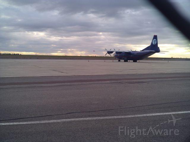 Antonov An-12 (UR-CNT) - Un Antonov 12 sur le tarmac de Ukraine Air Alliance
