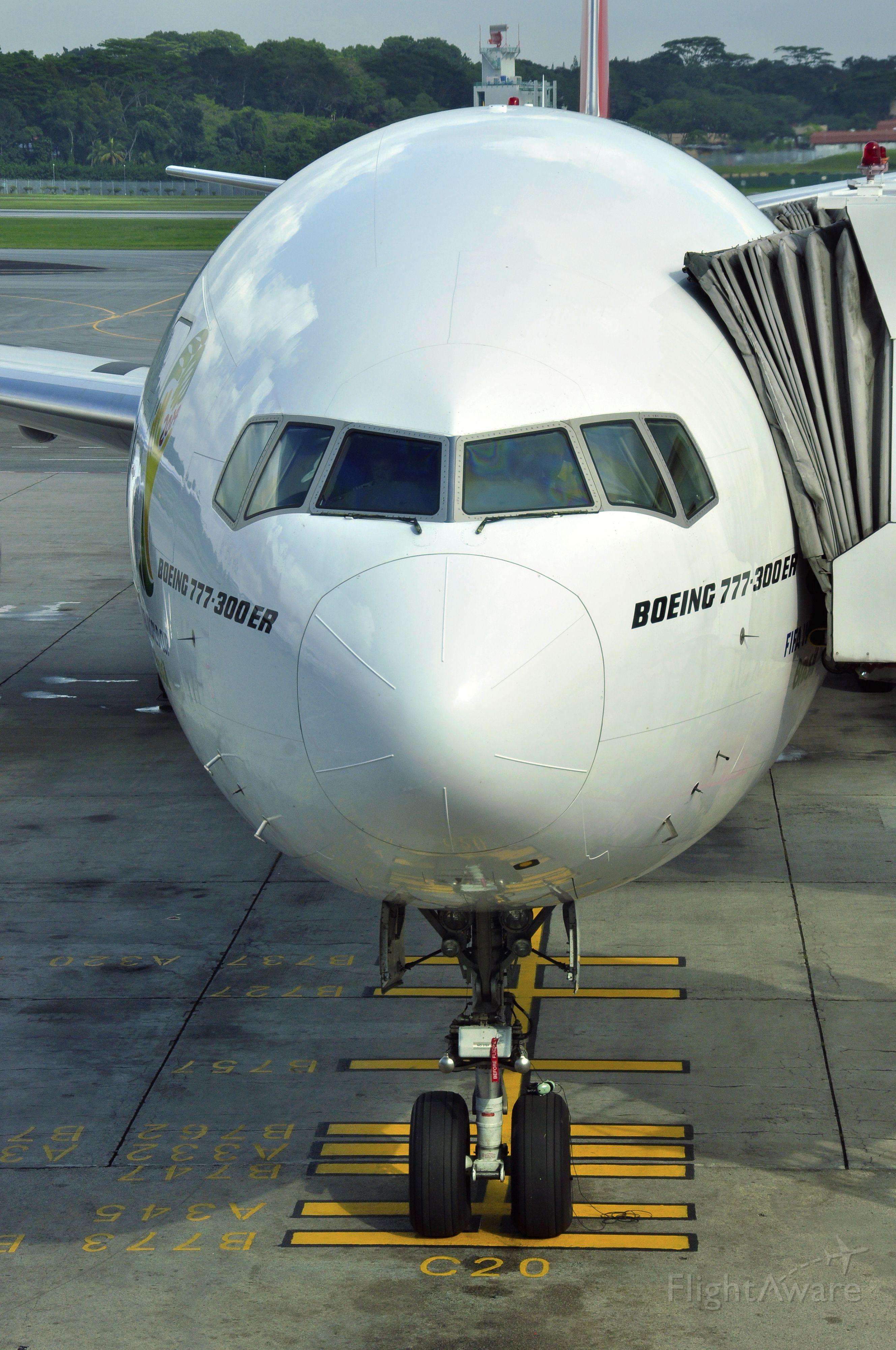 BOEING 777-300 (A6-EGW) - Emirates Boeing 777-31H(ER) A6-EGW in Singapore