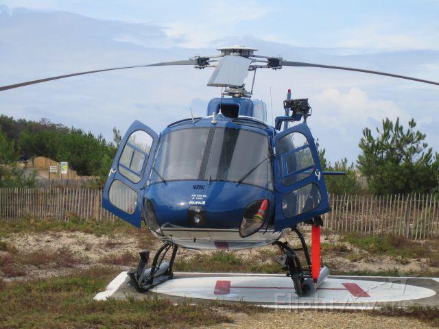 """Beechcraft Baron (58) (JCJ) - Beach """"Petit Nice"""" Arcachon. Gendarmerie.<br />Ecureuil  AS 350 BA"""