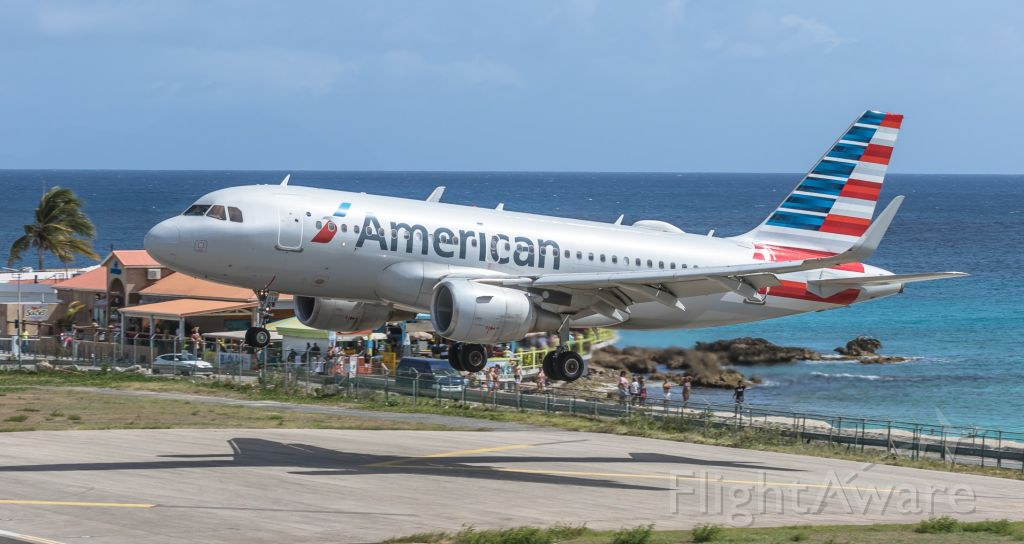 Airbus A319 (N9018E) - American Airlines landing on St Maarten.