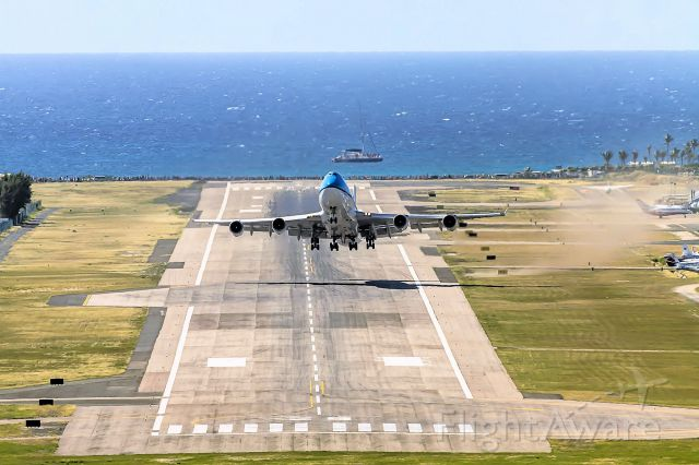 Boeing 747-400 (PH-BFH) - KLM 747-400 PH-BFH departing TNCM ST Maarten for Curacao