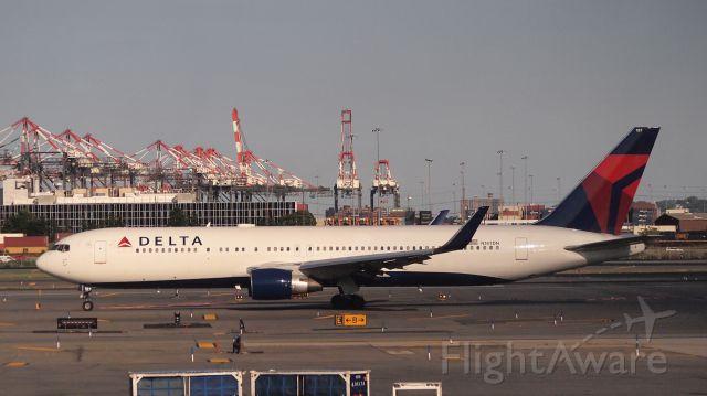 BOEING 767-300 (N187DN)