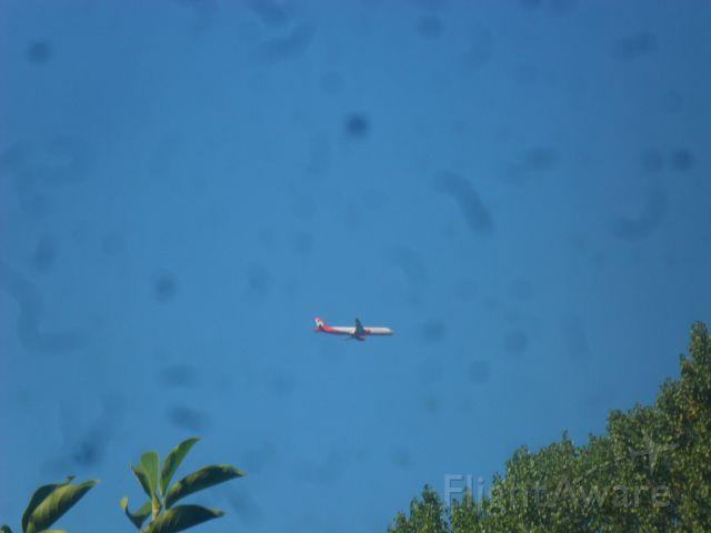 — — - Aus meinem Zimmerfenster ca. 4 Kilometer vom Flughafen Hamburg entfernt fotografiert