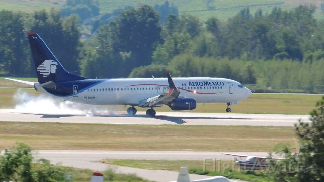Boeing 737-800 (N958AM) - Touching down in Kelowna from Mexico City
