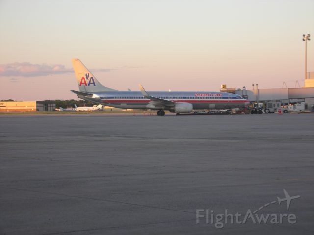 Boeing 737-800 (N919AN) - American B737-800 in the evening.